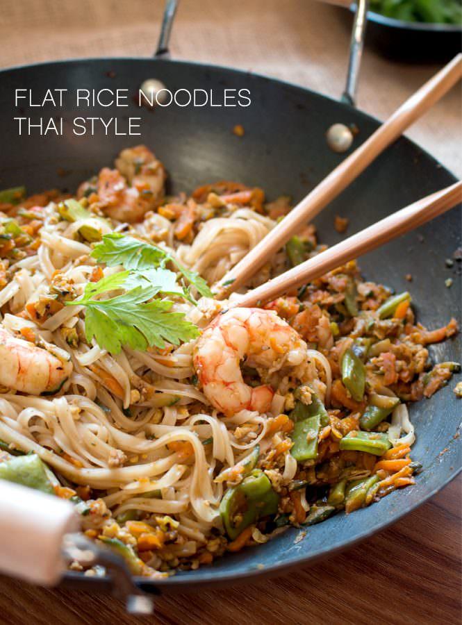 Flat rice noodles Thai style – Tagliatelle di riso con gamberi alla tailandese