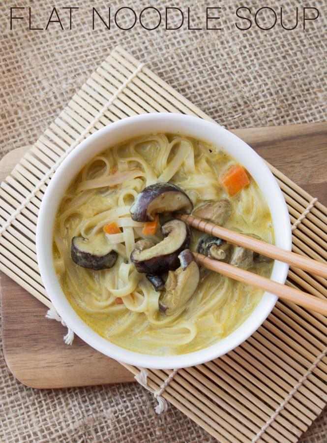 Flat noodle soup con zucca e funghi shiitake