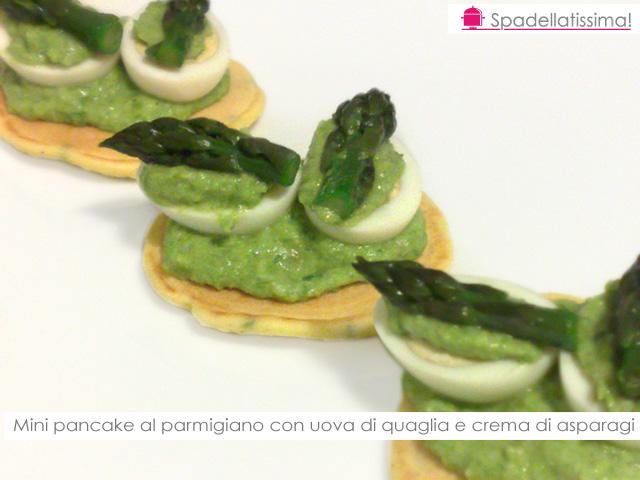 Mini pancake al parmigiano con uova di quaglia e crema di asparagi