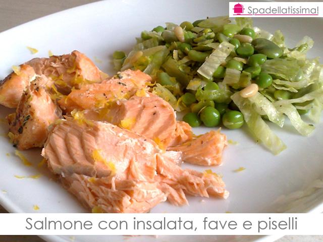 Salmone con insalata, fave e piselli