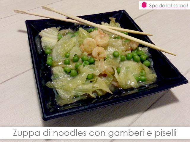 Zuppa di noodles con gamberi e piselli