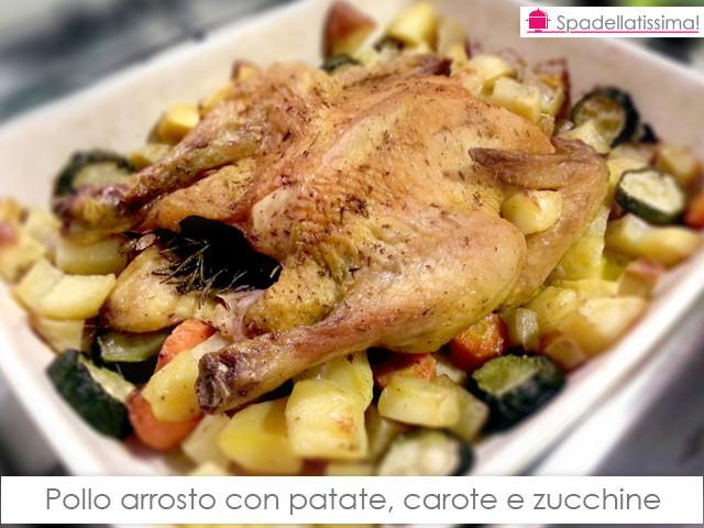 Pollo arrosto con patate, carote e zucchine