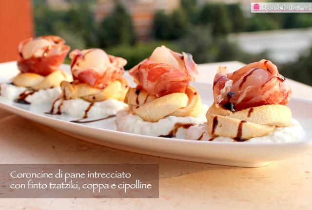 Penultima sfida Tutti cuochi per te: Coroncine di pane intrecciato con finto tzatziki, coppa e cipolline