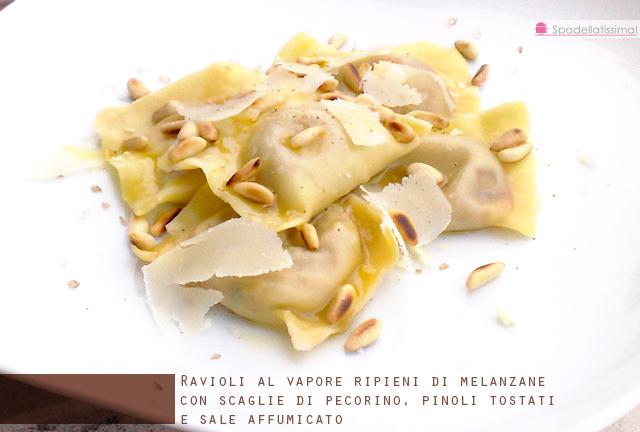 Ravioli al vapore ripieni di melanzane con scaglie di pecorino, pinoli tostati e sale affumicato