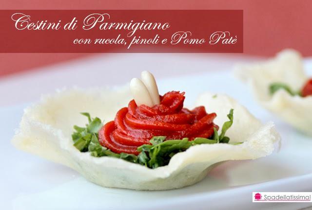 Finger food di cestini di Parmigiano con rucola e Pomo Patè