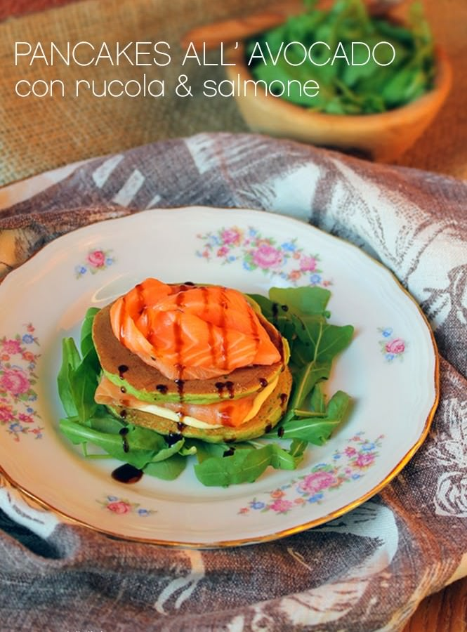 Mini pancake all'avocado con salmone, rucola e glassa alla soia
