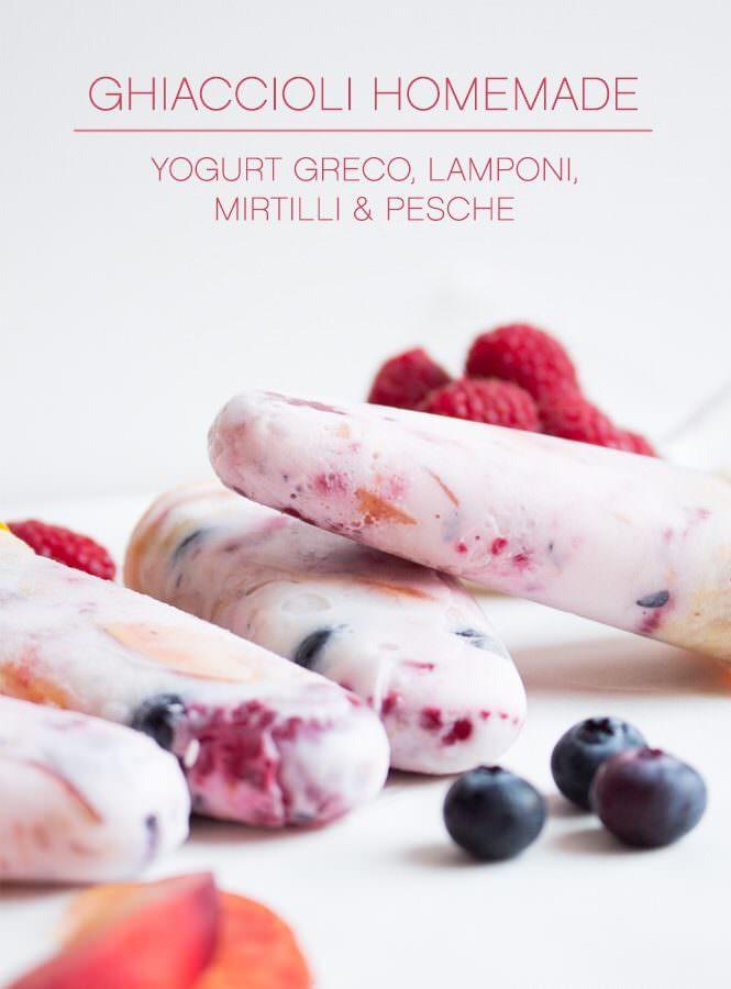 Ghiaccioli homemade con yogurt greco, lamponi, mirtilli e pesche