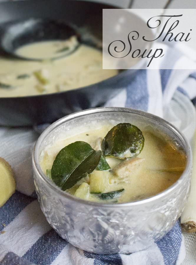 Zuppa Thai con pollo, zucchine e curry giallo