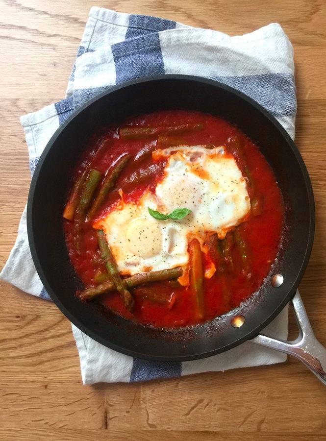 Uova al pomodoro con asparagi