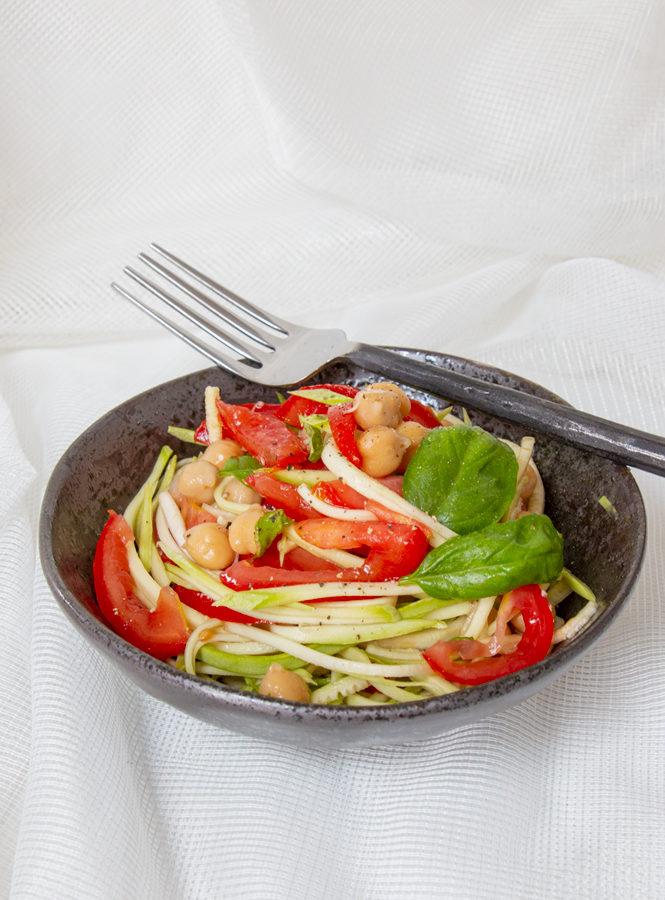 """Ricetta light: """"spaghetti"""" di zucchine con ceci e pomodori"""
